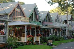 a row of cottage homes, who wouldn't like to live in this neighborhood