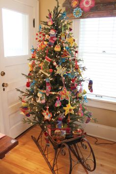 Check out this fabulous Christmas Tree in a vintage Sleigh!  It's really pretty.