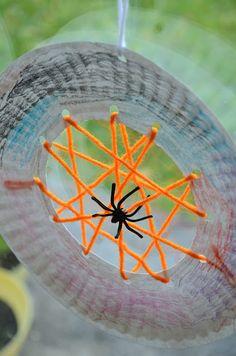 Paper Plate Spiderwebs {Kid Craft} #halloween #craft