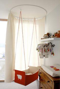 Hanging Cradles and Bassinets *originalidad* Wat een leuk idee, voor als de baby op de ouderkamer moet slapen.