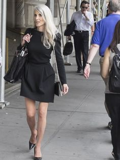 woman with long grey hair   40plusstyle.com