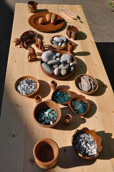 Outdoor loose parts provocation ≈≈ for more inspiring pins: http://pinterest.com/kinderooacademy/new-found-materials/