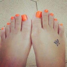 Pequeño tatuaje de una mariposa en el pie.