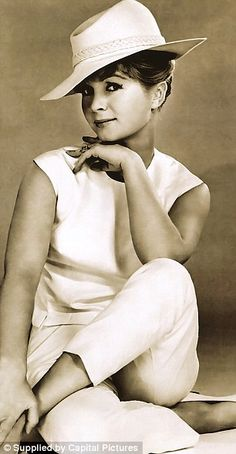 Debbie Reynolds looking a lot like Jennifer Aniston here