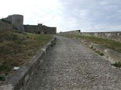 Le château de Bovino est un compromis entre modernité et classicisme, entre moyen âge et renaissance timide, entre façade lissée et architecture défensive.... Serez vous sous son charme presque désuet ?