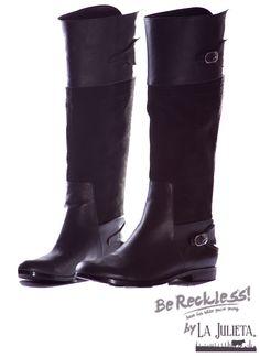Botas tipo equitación, caña larga, cuero napa con aplique en cuero ante ,100% cuero forrados en badana. Herraje en níquel. Dimensiones: 39 cm de largo Unos jeans o pantalón de dril son ideales para usar con estas botas, agrégale una blusa estampada, un cinturón haciendo juego y tu look casual esta listo.