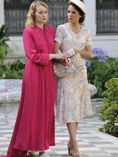 Sira Quiroga vestido blanco con flores y Rosalinda Fox bata rosa. El tiempo entre costuras. el tiempo, vestuario seriespelícula, sira quiroga, tiempo entr, entr costura