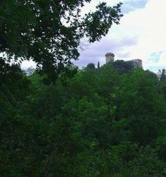 Le château de Ciliegi en Toscane est situé sur une colline un peu en dehors du bourg. Avec ses hauts mâchicoulis et ses échauguettes carrées, il offre une architecture bien différente de nos châteaux forts du Royaume de France.