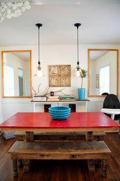 Madeira de demolição ou madeiras mais rústicas ajudam a trazer o aconchego e o clima rural para dentro de casa. Aqui também uma boa sugestão de luminária.