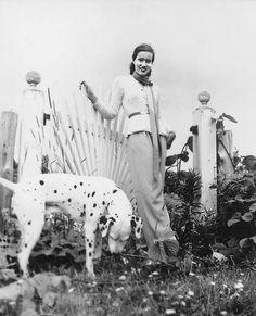 Little Edie bouvier, cousine de jackie kennedy East Hampton with Spot, 1940.