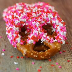 Valentine's Day pretzels with white chocolate and sprinkles. So easy!