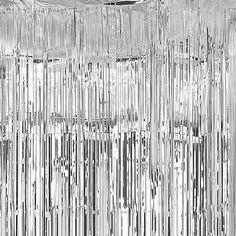Una impactante cortina plateada para decorar fiestas - de www.fiestafacil.com, $8.45 / A stunning silver curtain for party decorations - from www.fiestafacil.com
