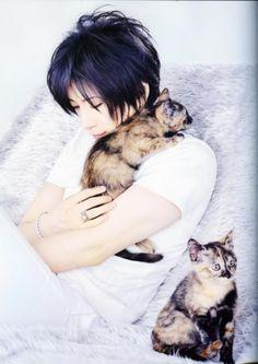 Gackt!  Oh god, the cute...
