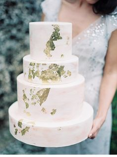 To Love Photographie | Cake: Earth & Sugar - gold foil cake
