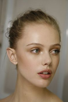 frida gustavsson - simple make up and hair