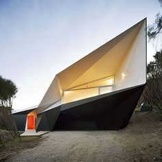 Klein Bottle House by McBride Charles Ryan | The walls of this house in Australia by architects McBride Charles Ryan have origami-like facets and folds.