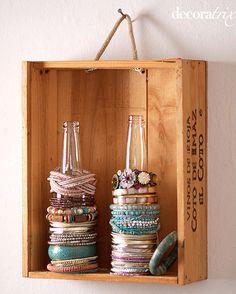 Porta pulseras con caja de madera y botellas