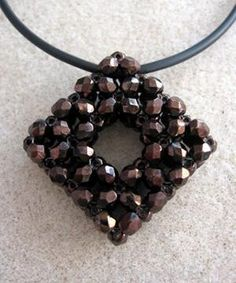 bead tecniqu, jewelry tutorials, pattern, pendant squar, pearl necklaces, bead squar, accessories, squar pendant, beads pendant tutorial