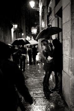 romanc, a kiss, first kiss, umbrellas, engagement photos, black white, engagement pics, rain, kisses