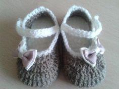 zapatitos de bebé y niña realizados a crochet con lana, plantilla de borrego, y lazo para adornar.