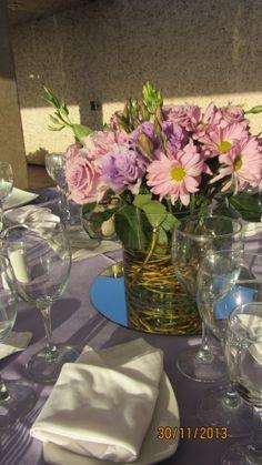 Centro de mesa en tonos morados, lila y rosados... Club Magnus