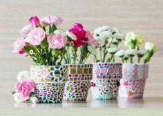 Mit kleinen Mosiaksteinen und Knöpfen lassen sich langweilige Töpfe im Nu verschönern.  #homestory #homestoryde #home #interior #design #inspiring #creative #advice #tipps #flower