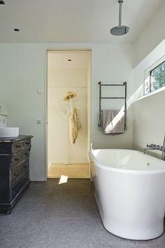 look at that bath tub.
