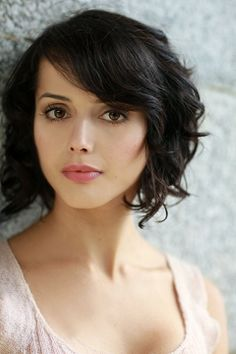Amrita Acharia: short, curly hair with side bangs