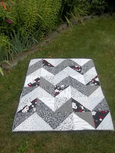Black and White Quilt by sweetboaterchick, via Flickr