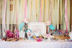Una mesa de dulces muy festiva para una despedida / A festive table for a bridal shower