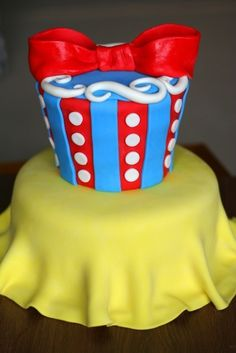 Snow White Cake. @Sheila Stover how cute is this?