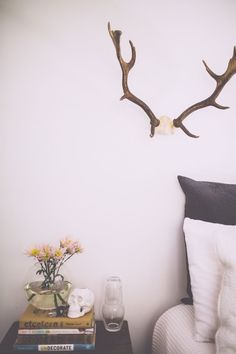 #decor #design #simple #bedroom #wall #natural #antlers