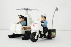 2 policiers avec l'hélicoptère et la moto. leshappyvintage.fr