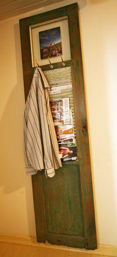 Porta de demolição totalmente reformada. Agora é porta-retrato, porta-revista e cabideiro. =)