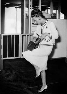 1961: Jeanne Moreau wearing a suit and the 2.55 bag at Rome airport. © Chanel