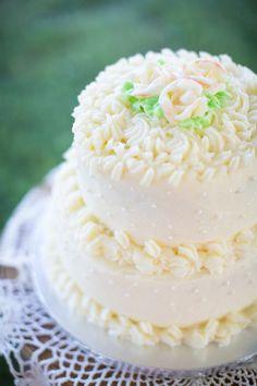 Vintage-style #weddingcake! {@bethanyrsnyder}