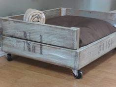 DIY Dog Bed from pallets    I'm going to make one using an old crib mattress for Cromm, Phoenix and Shorty, big dogs need big beds - rir