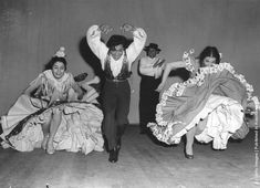 Spanish dancer Antonio with Carmen Rojas, left, and Rosita Segovia, right, rehearsing for a show at the Palace Theatre in London. (Photo by Edward Miller/Keystone/Getty Images). 18th February 1955. flamenco puro, life, droit rosita, carmen roja, flamenco flamenco, flamenco gitano, rosita ségovi, roja gauch