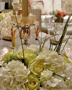 New Year's tablescape from Designthusiasm.com | #tablesetting #eventdecor #tablescape #holidaydecor #floral #centerpiece