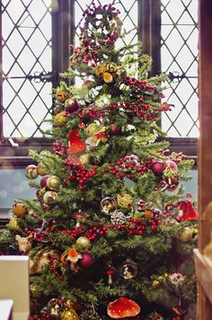 Classic colour and style here. For more festive decoration shop at www.achica.com