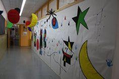 Gran mural pel passadís amb elements de la pintura de Miró.