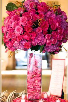 Centro de mesa con flores de color rosa. #CentroDeMesa