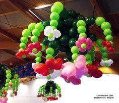 This flowery chandelier was made with Quick Link Balloons by Luc Bertand, CBA, from Belgium. #quicklink #balloon #qualatex