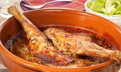 Paletillas de cordero asadas. Receta de paletillas de cordero lechal asadas al horno con vino blanco y acompañadas de una ensalada de lechuga y cebolleta. #paletilladecordero #cordero