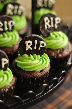 Cupcakes de halloween decorados con galletas oreo como lápidas.