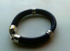 Pulsera de cuero y metal , para chico y chica , en negro, violeta y marrón.  $ 5.00 euros