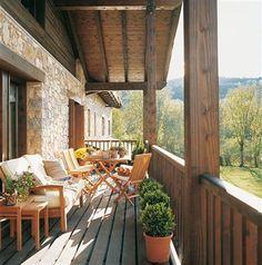 Terraza de madera alargada