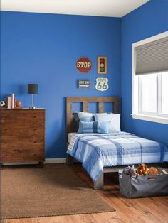 This softened hue makes a handsome backdrop to simple décor in a bedroom for growing kids. | Bright Cornflower Blue, @gliddenpaint