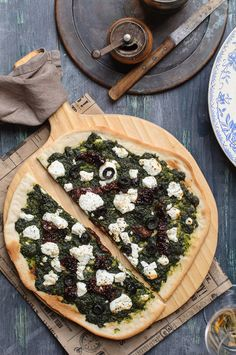 Pizza with pesto and goat cheese