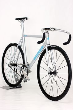 I love the integrated seat mast on a steel track bike. sweet.